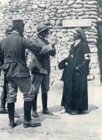 Figura 5. Devetaki, 1917. Infermiera in re- trovia (www.cri.it).