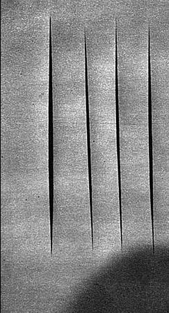 Immagine. sopra l'artista lucio fontana (1899-1968) davanti ad una sua tela tagliata. A fianco un'opera dell'artista americano andy Warhol, La Minestra Campbell..