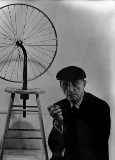 Figura 1.2 - Sotto Marcel Duchamp (1887-1968) con la sua opera ready made Bicycle Wheel. Il ready made è un comune manufatto di uso quotidiano che diventa opera d'arte una volta prelevato dall'artista e collocato in una situazione diversa da quella del suo normale utilizzo.